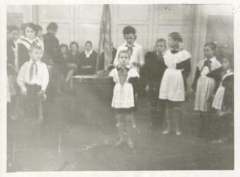 Фото Ученица Задонской школы № 2 Болдырева Лена вступает в пионеры. 1967 г.