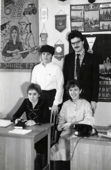 Брысина А.А. – за столом слева в кабинете БММТ «Спутник» с коллегами