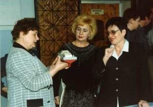 Валентина Ивановна Курлова (крайняя справа) на выставке лучших работ школьников. Липецк. 2000 г.